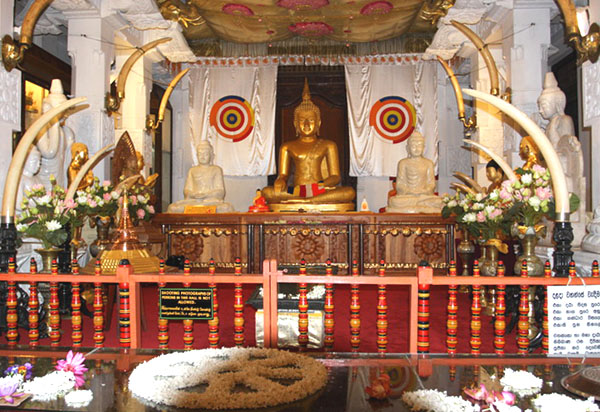 Подношения Будде, храм Далада-Малигава / Фото со Шри-Ланки