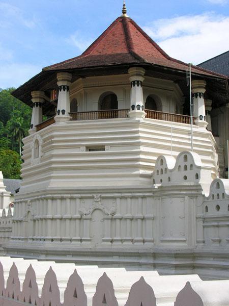 К святыне храма Далада-Малигава подойти могут лишь избранные / тур в Шри-Ланки