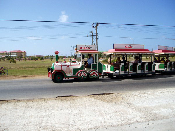 Туристический паровозик в Варадеро / Фото с Кубы