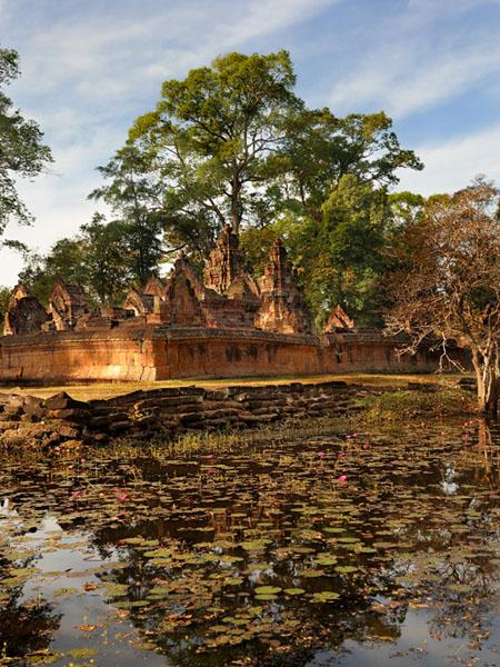 Бантей-Срей окружен живописным водоемом, Камбоджа / Фото из Камбоджи