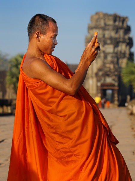Буддистские монахи в Ангкоре - такие же туристы / Фото из Камбоджи