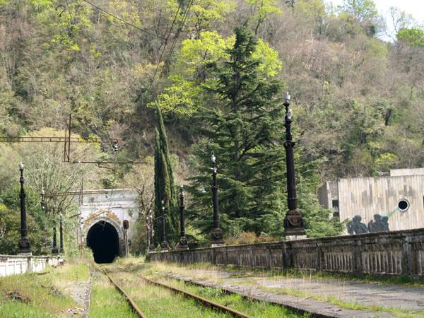 Железнодорожное полотно в Гагре / Фото из Абхазии