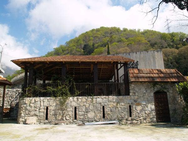 """Внутрениий двор гостиницы """"Жоэквара"""" в крепости Абаата / Фото из Абхазии"""