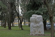 Неоднозначная скульптурная композиция / Сербия