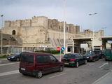 Крепость в Тарифе и пограничный терминал справа для отплывающих в Марокко / Испания