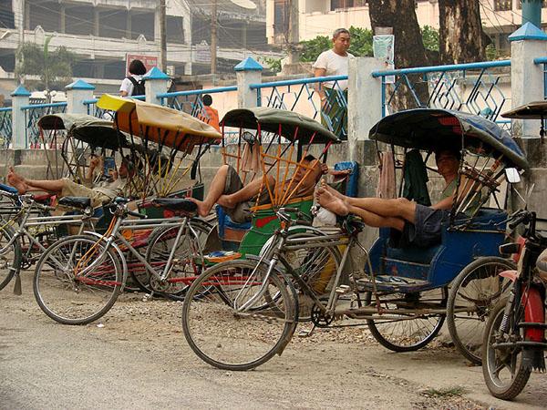 Водители тук-туков в ожидании пассажиров, Тачилейк / Фото из Мьянмы