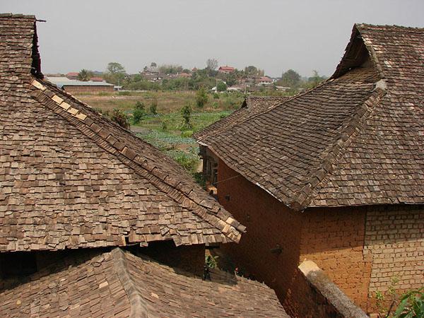 Старые черепичные крыши домов в Тачилейке / Фото из Мьянмы