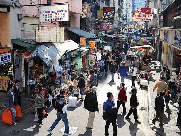 Оживленная пешеходная улица в Гонконге / Фото из Гонконга