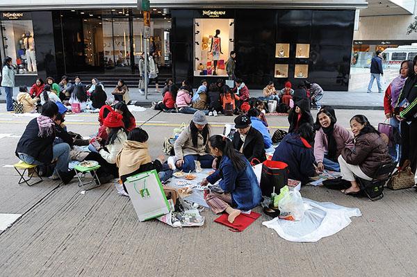 Обед на тротуаре - обычное дело для жителей Гонконга / Фото из Гонконга