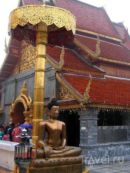 Зонтик для Будды в храме Ват-Пратхат-Дой-Сутеп / Фото из Таиланда