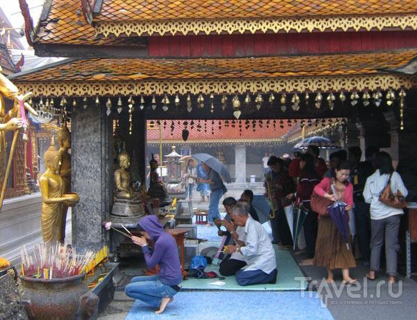 В храме Ват-Пратхат-Дой-Сутеп помолиться может каждый / Фото из Таиланда