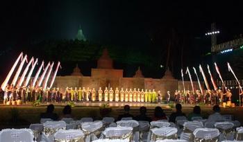 На фоне храма / Индонезия