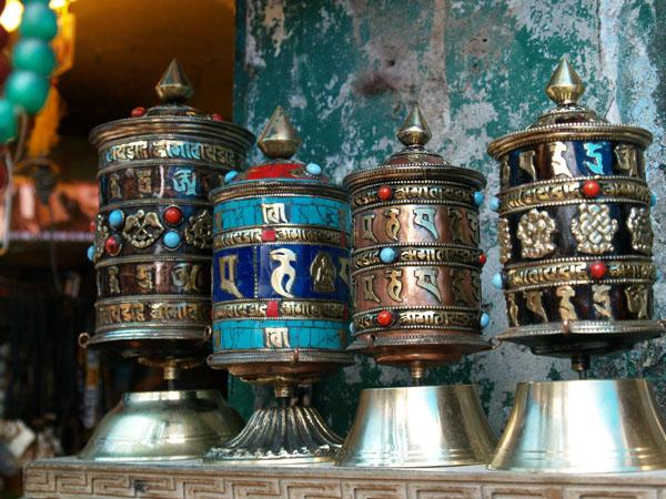 Крутящиеся барабаны с мантрами - отличный сувенир / Фото из Индии