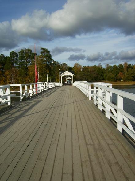 В парк Сеурасаари на острове ведет мост / Фото из Финляндии