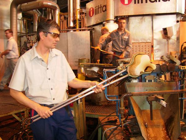 Рождение стеклянных изделий - завораживающий процесс / Фото из Финляндии