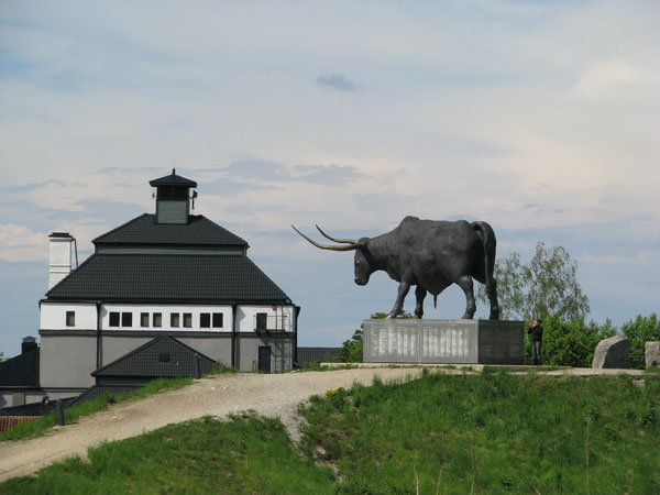 Скульптура тура возвышается над Раквере / Фото из Эстонии