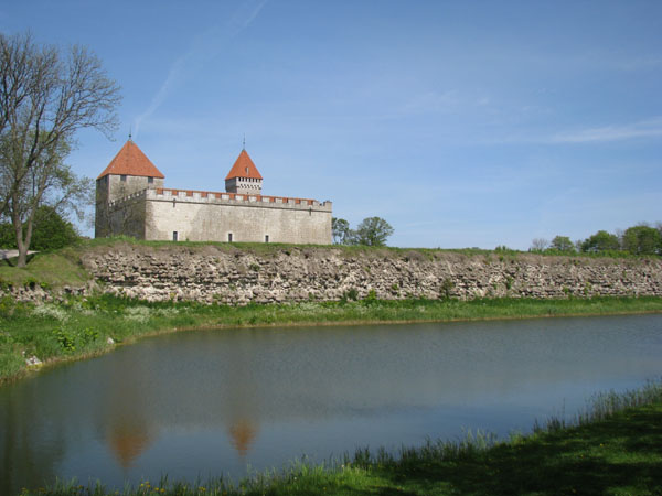 Замок в Курессааре окружен живописным рвом / Фото из Эстонии
