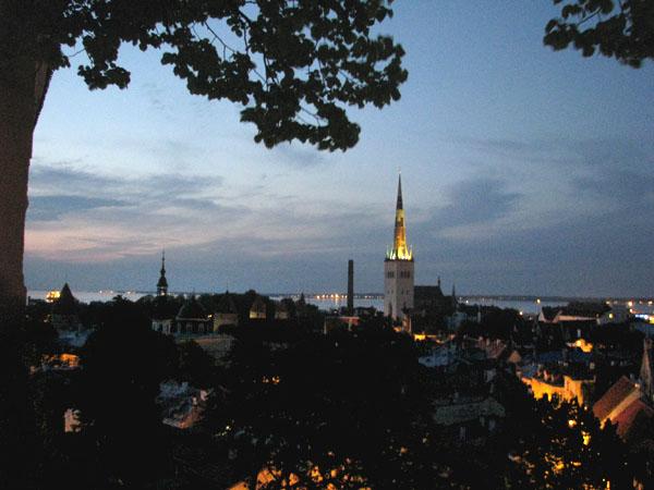 Вид на вечерний Таллин со смотровой площадки в старом городе / Фото из Эстонии