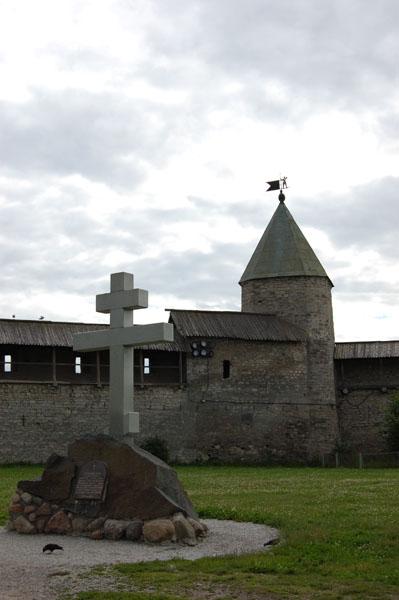 Крест установлен к 1100-летию Пскова на месте Благовещенского собора / Фото из Латвии