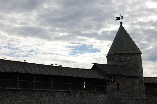 Кремлевские башни Пскова украшены флюгерами / Фото из Латвии