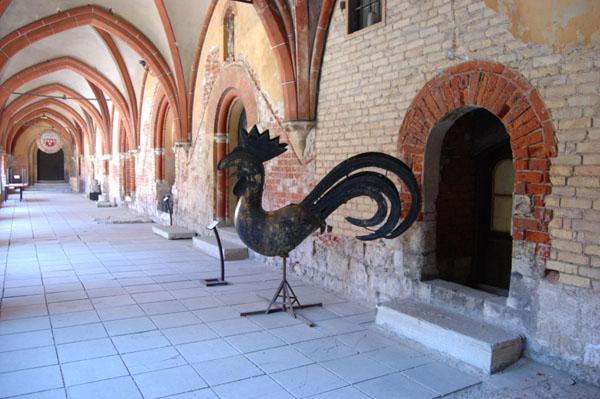 Петушок с одной из рижских башен в музее Домского собора / Фото из Латвии