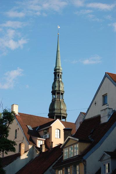 Шпиль собора Святого Петра возвышается над домами Риги / Фото из Латвии