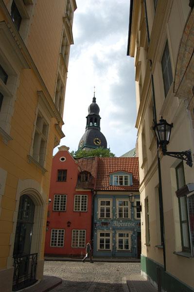 Практически каждая узкая улочка заканчивается видом на собор, Рига / Фото из Латвии