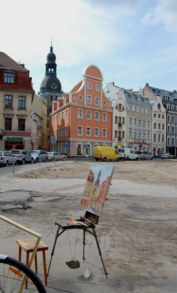 Оставленный на улице мольберт, Рига / Фото из Латвии