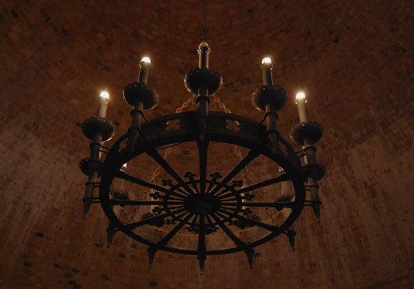 Кованая люстра в башне Турайдского замка / Фото из Латвии