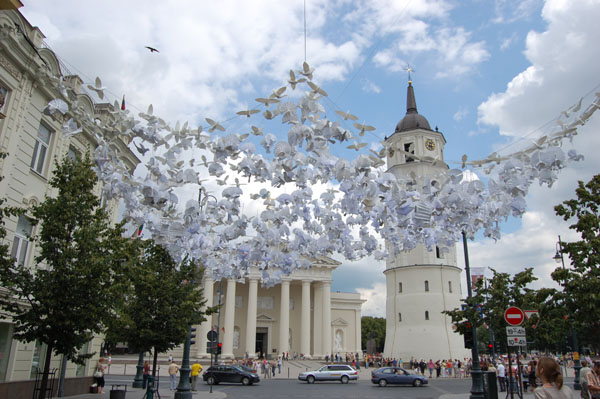 Бумажные птички посреди проспекта Гедеминаса, Вильнюс / Фото из Латвии