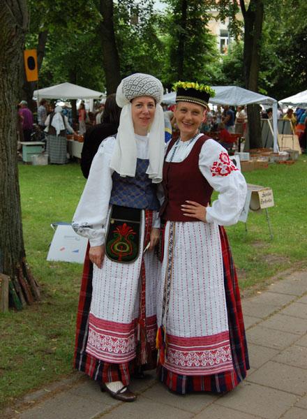 Девушки в национальных костюмах, Вильнюс / Фото из Латвии