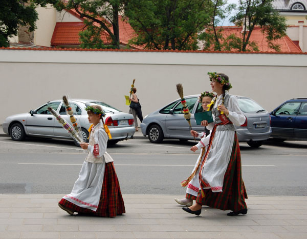 Участницы праздника с литовской вербой в руках, Вильнюс / Фото из Латвии