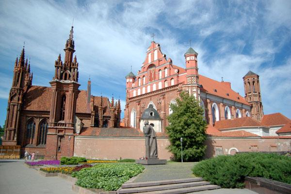 Костел Святой Анны (слева), Бернардинский костел (справа) и памятник Адаму Мицкевичу / Фото из Латвии