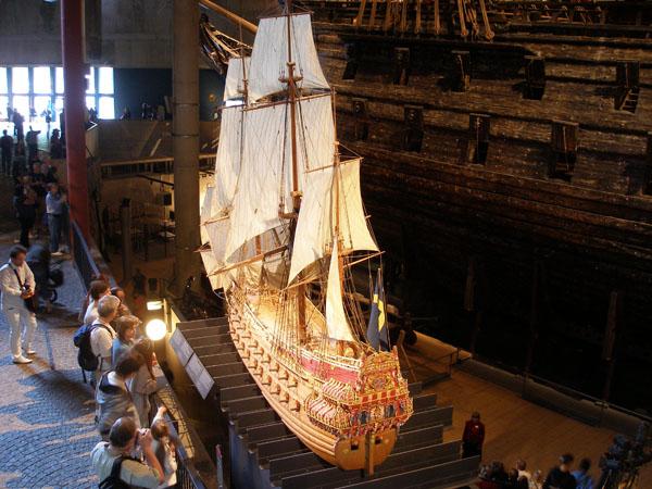 Уменьшенная копия Vasa размещена рядом с настоящим кораблем / Фото из Швеции
