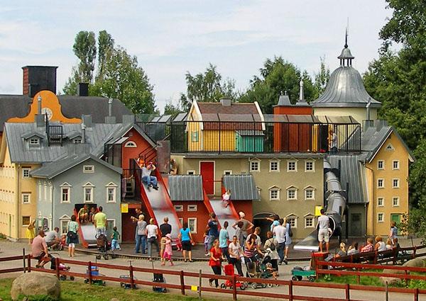 Домик Карлсона притаился на крыше между труб / Фото из Швеции