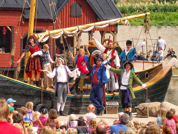 Пеппи и пираты прощаются со зрителями / Фото из Швеции