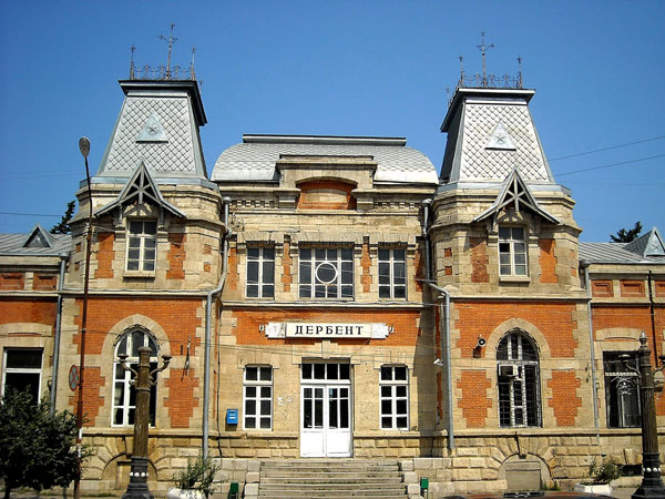 Вокзал в Дербенте встречает путешественников / Фото из России