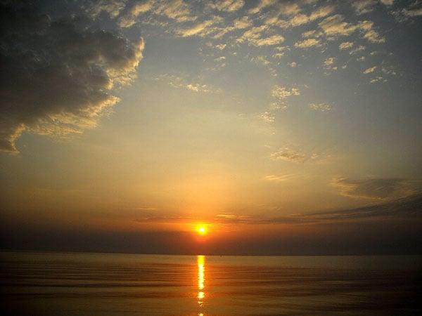 Восход над Каспийским морем - самым большим озером в мире, Дагестан / Фото из России