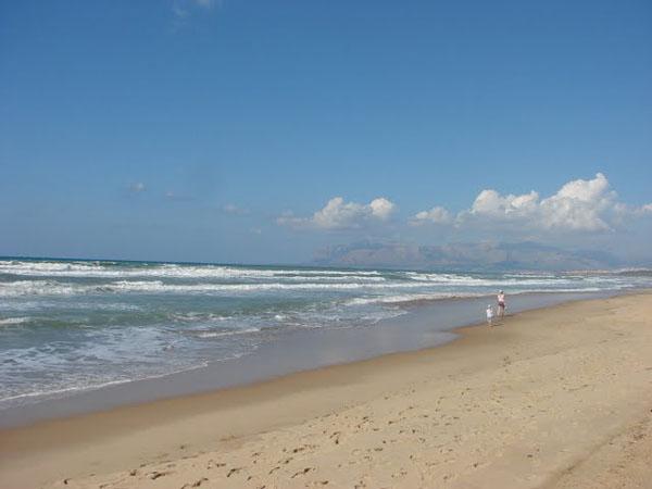 Пляж у городка Алькамо-Марина протянулся на многие километры / Фото из Италии