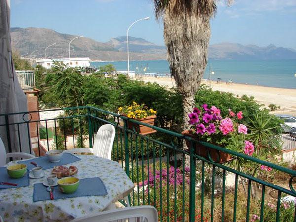 Вид из апартаментов в Алькамо-Марина / Фото из Италии