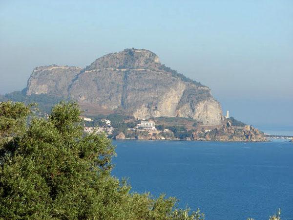 Вид на скалу Рока и Чефалу из Сант-Амброджио / Фото из Италии