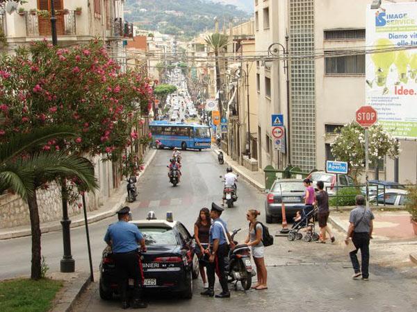 Сцена из жизни города Чефалу, Сицилия / Фото из Италии