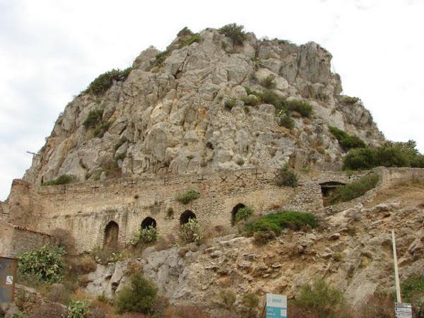 Крепостные укрепления на скале Рока, Чефалу / Фото из Италии
