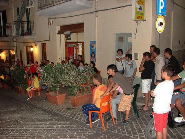 Вечерами все жители Сант-Амброджио собираются смотреть футбол / Фото из Италии