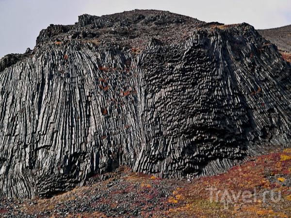 Лавовые скалы и цветущие луга в кальдере Горелого / Фото из России