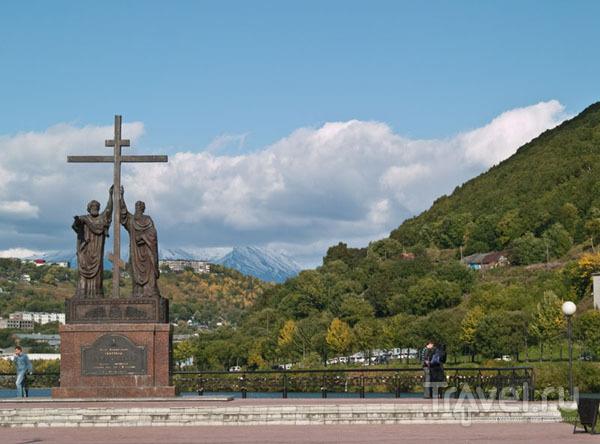 Памятник Петру и Павлу около озера Култучного, Петропавловск / Фото из России