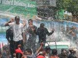 Веселятся под струями воды / Мьянма