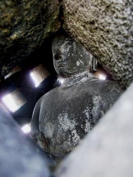 Одна из уцелевших статуй / Индонезия