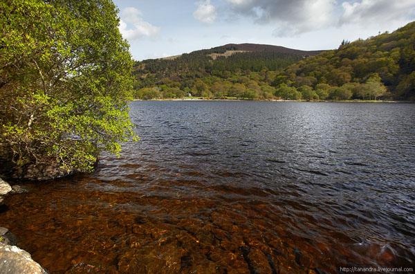 Маршрут проходит вдоль живописного озера, долина Глендалох / Фото из Ирландии