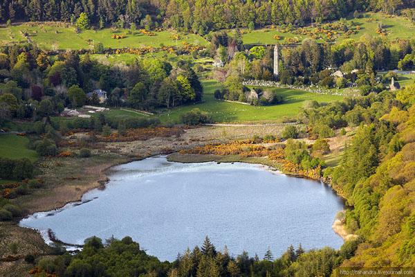 Вид с холмов на башню и кладбище, долина Глендалох / Фото из Ирландии